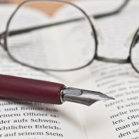 Buch mit Brille & Stift (© Fotolia/Stockfotos-MG)